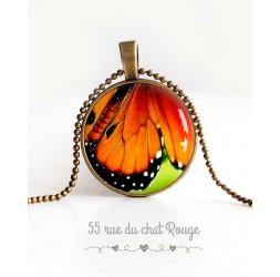 collana pendente cabochon, ala di farfalla, verde, arancione e nero, monili delle donne