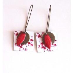 Orecchini, ciondoli, piccoli fiori rossi e bianchi di fantasia, artigianato