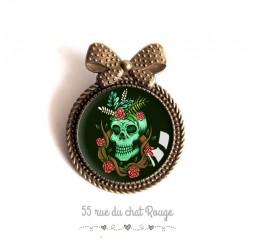 Broche cabochon, Tête de mort, esprit gothique, vert rouge et noir, bronze