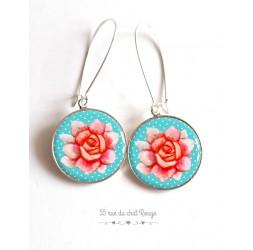 Boucles d'oreilles, Grande fleur Rose, bleu tendre, cabochon résine époxy