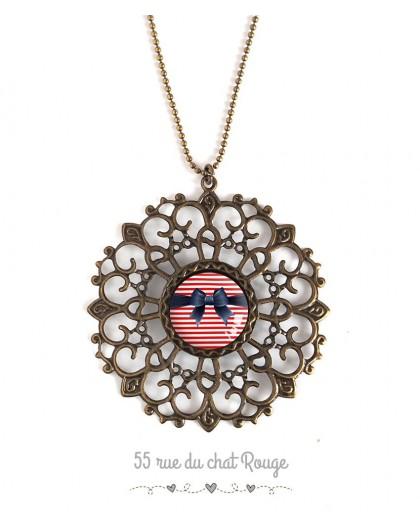 Collier grand pendentif, cabochon noeud papillon, marinière, année 60's