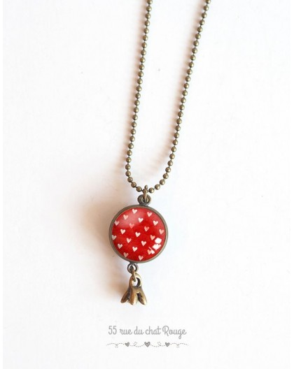 Collier sautoir, pendentif double cabochon, petits coeurs fond rouge, bronze